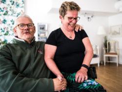 Susanne Olofsson med Ove Gustavsson, en av de boende på Ringvägen 40.