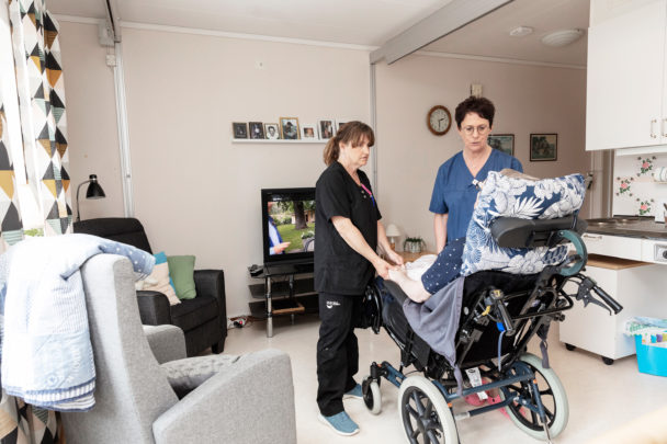 Undersköterskorna Elisabeth Norsten och Doris Lundgren i Malå.