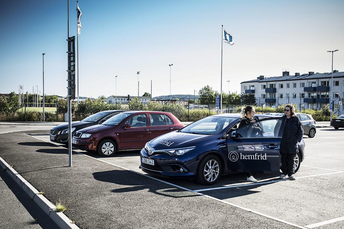 Klaudia Marton och Anneli Wiklund möter sina kolleger på en parkering i Kungsbacka.