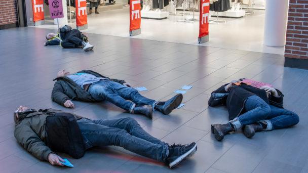 """Dennis Sandström vid en """"die in""""-aktion i Malmö."""