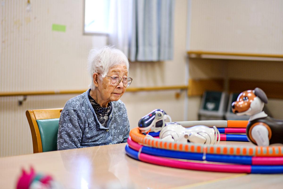 Hundraåriga Kisa Okubu som bor på äldreboendet Shintomi med robothunden Aibo.