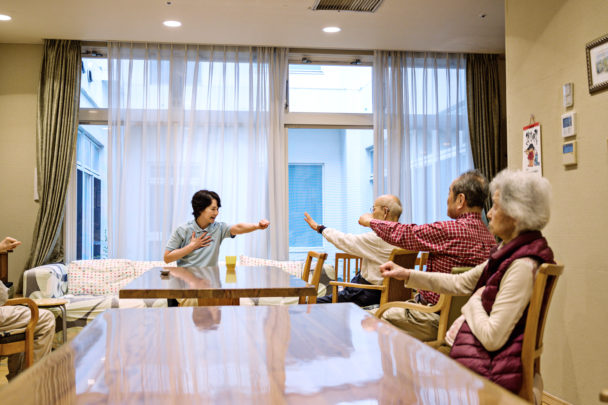 Undersköterskan Asako Aoki tränar med de äldre på Maihama Club.