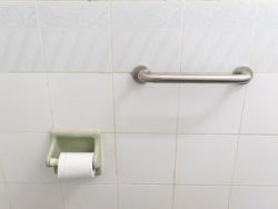 Många fallolyckor inträffar i badrummet.