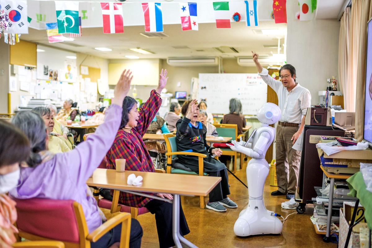 Roboten Pepper håller i träningen på äldreboendet Shintomi i Tokyo.