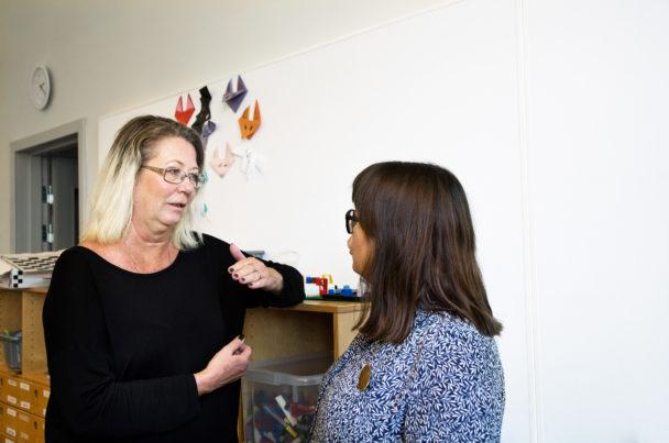 Lovisa Loan Sundman träffar barnskötaren Maria Gabrielsson i Högalidsskolan.