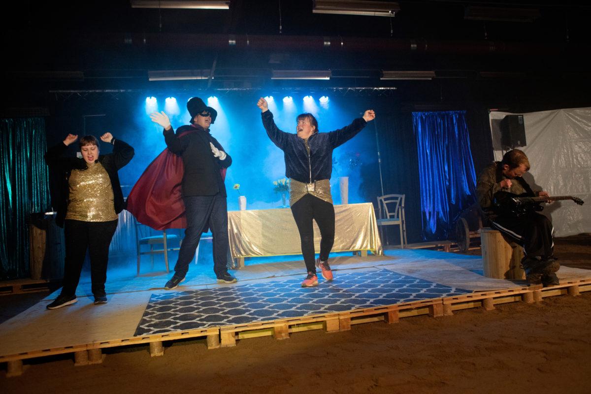 Johan Freijs älskar att stå på scen tillsammans med sina vänner på Myrens LSS-verksamhet. Här med Miriam Bilitski, Sandra Jakobsson och Jussi Larsson.