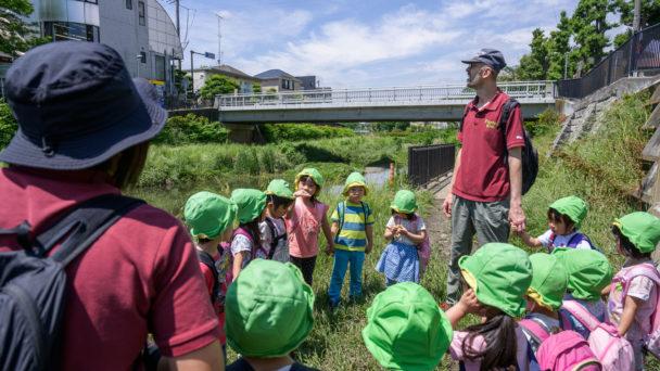 Sachi Fukuda och Robert Joos på utflykt med barnen.