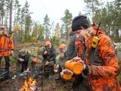 Bea van Stokkum och de andra i jaktlaget avslutar jaktdagen med sen lunch.
