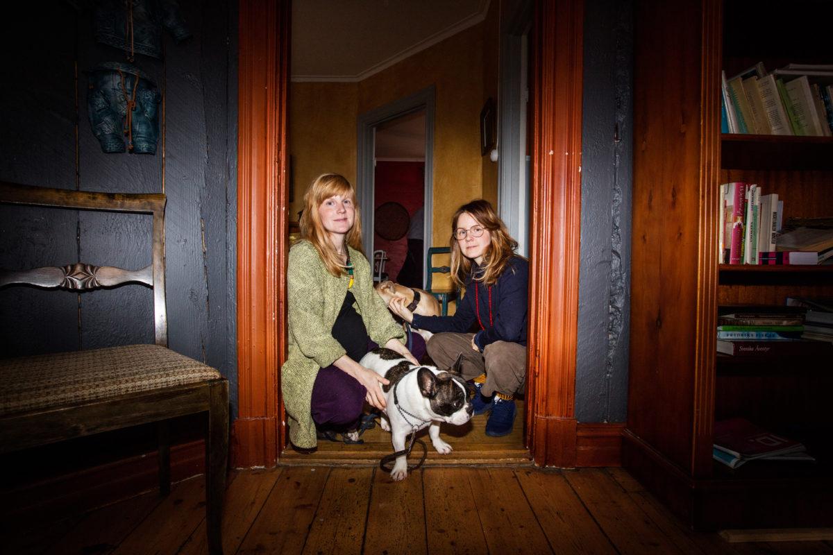 Lisen och Emma Adbåge med franska bulldogen Ulla.