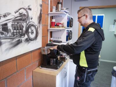 Claes-Göran Berg fixar kaffe.