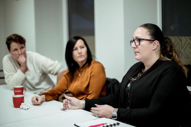 Anna Skarsjö (till vänster) är ofta med på nätverksträffarna för att stötta.