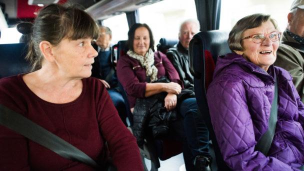 Undersköterskorna Eva-Kristin Johansson och Carina Ståhl med deltagarna Rolf Sjöberg och Irene Lindell.