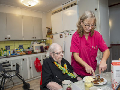 Marie Lund hjälper Anna Sofia Hermansson.