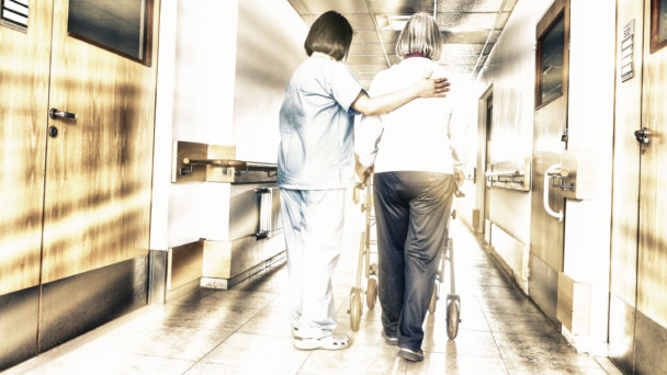 Undersköterska och patient (genrebild).