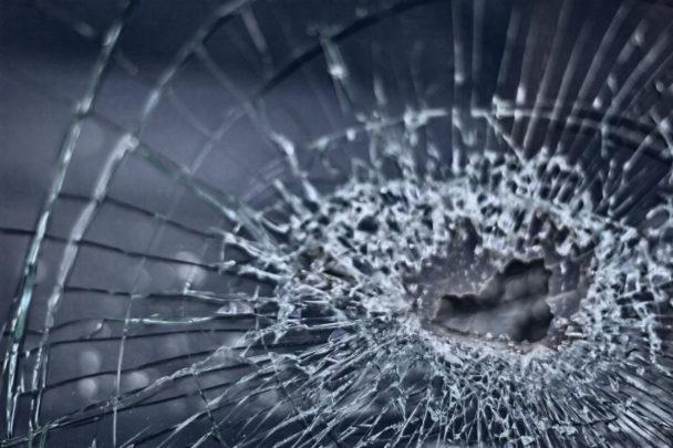 Krossat glas (genrebild).