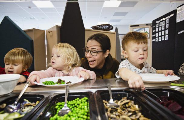 Sam, Alizia och Edward hämtar mat med visst stöd av Sara Gradén.
