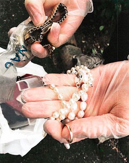 Smycken som hittades vid husrannsakan hos vikarien.