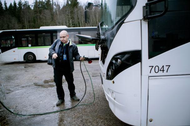 Ali Koukhai förbereder bussen för dagens andra tur.