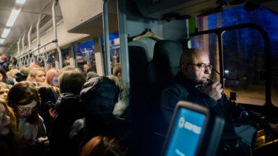 Ali Koukhais buss blir proppfull direkt.