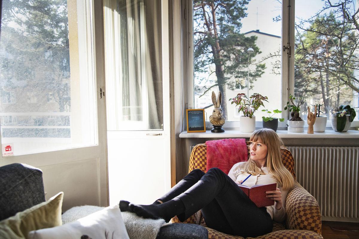 Att sitta med skrivboken eller datorn i fåtöljen och skriva – då trivs Linnea Swedenmark bäst.