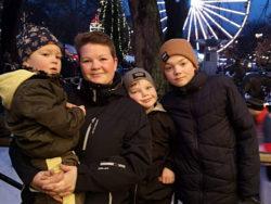 Ruth Kristin Nesset tillsammans med sina tre barn.