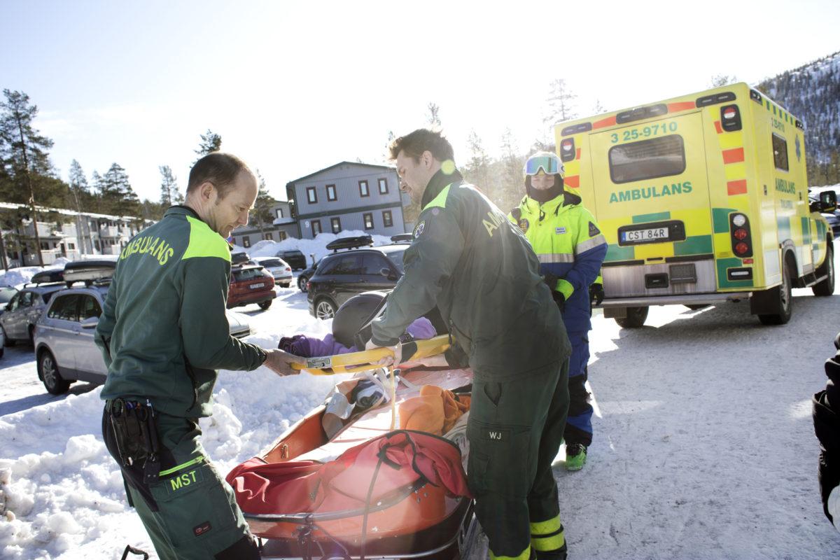 En pojke har gjort illa svanskotan i Tandådalen. Mats och sjuksköterskan William Hell rycker ut. Pojken har fått hjälp ner av fjällräddaren Anna Borg, som syns i bakgrunden.