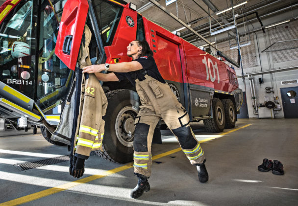På 30 sekunder ska brandmännen sitta i en av de stora Pantherbrandbilarna.