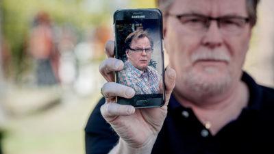 Ulf Griph visar en bild av sin tvillingbror Kenneth.