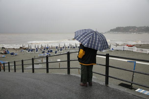 Badstrand i höstregn