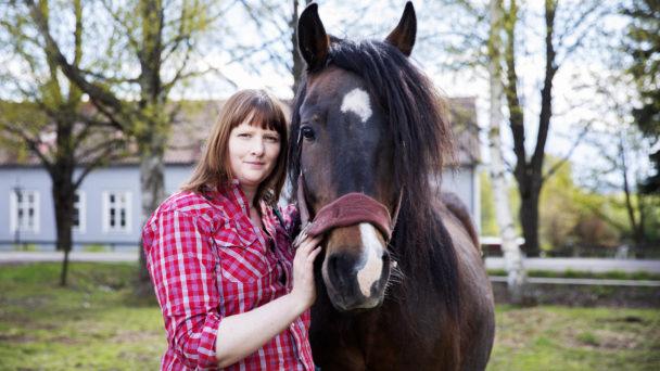 Karin Janson och en av hennes hästar.