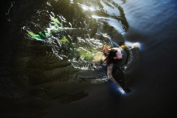 Therese Wikman simmar i sjöjungfrukostym.