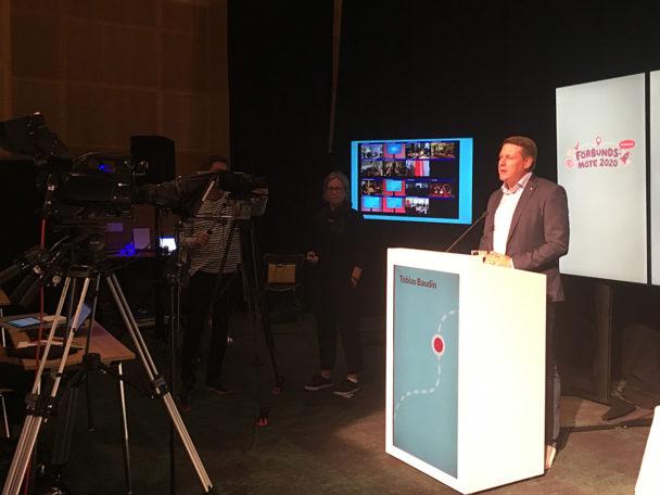 Tobias Baudin talar inför kameran på det digitala förbundsmötet.