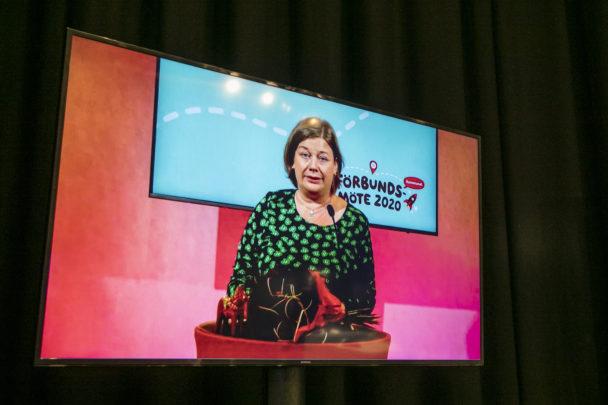 Malin Ragnegård tackar ombuden vid Kommunals digitala förbundsmöte.