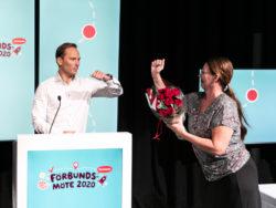 Johan Ingelskog gratuleras av sin företrädare Lenita Granlund.