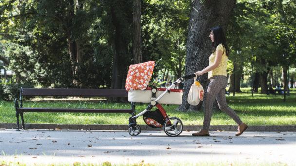 Mamma med barnvagn (genrebild).