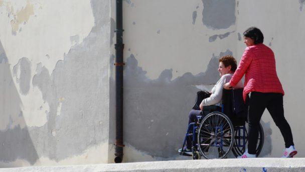 Kvinna i rullstol.