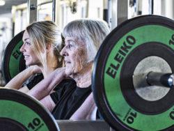 En äldre och en yngre kvinna styrketränar
