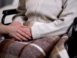 Besök på äldreboende (genrebild).