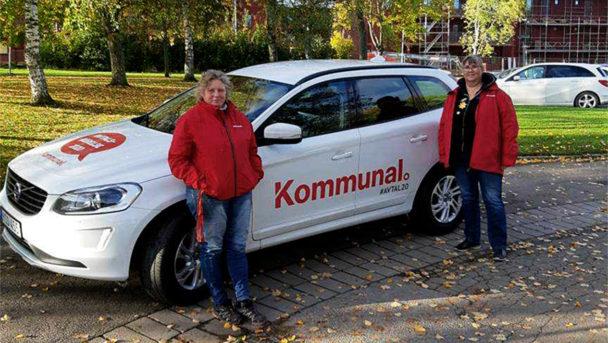 Merja Niemi och Anneli Giulotte, regionala fackliga ombud i Kommunal Vänerväst, med avtalsbilden i bakgrunden.