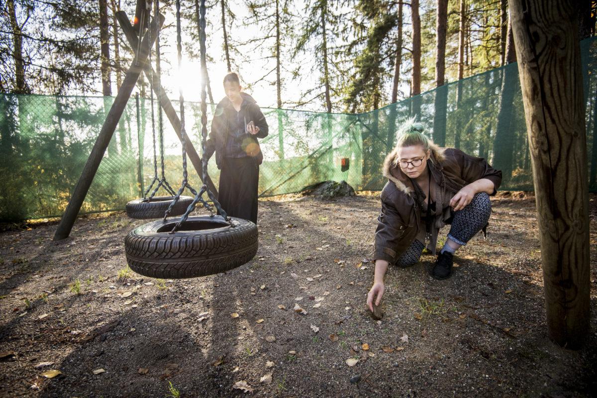 Christa Opava plockar stenar tillsammans med Matilda Lindström.