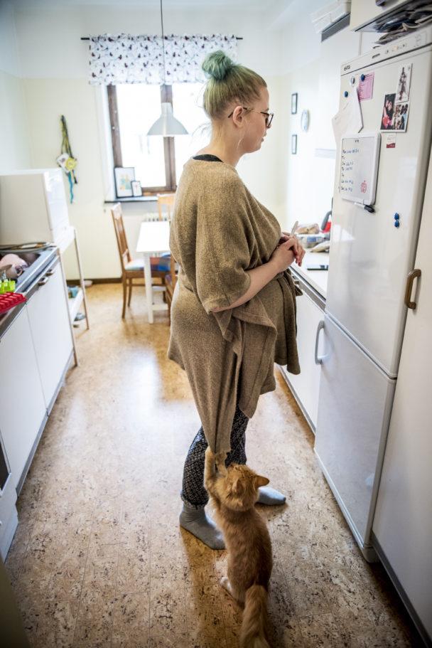 På anslagstavlan i  köket skriver Christa Opava upp de jobb hon får.
