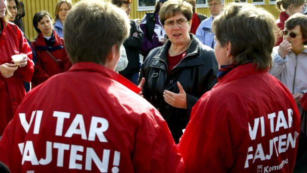 Förbundsordföranden Ylva Thörn besöker strejkande kommunalare i Eskilstuna 2003.