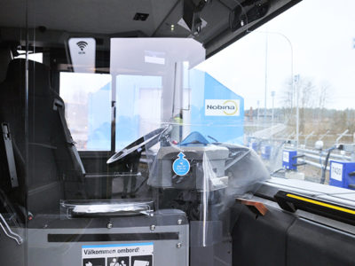 Plexiglasskydd i buss.