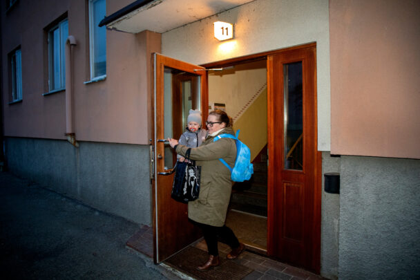 Vid sextiden en lördag morgon går Madeleine Berggren hemifrån för att lämna sin son Ludwig, 1,5 år, på nattis.