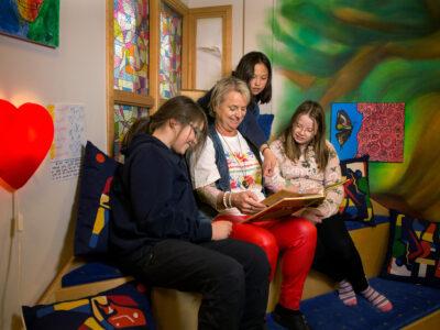 Carina Ekström läser för några av barnen.