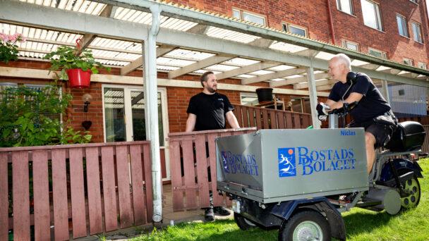 Snickaren Marcus Sundell och fastighetsskötaren Nickas Svensson gillar systemet med yrkeslöner.