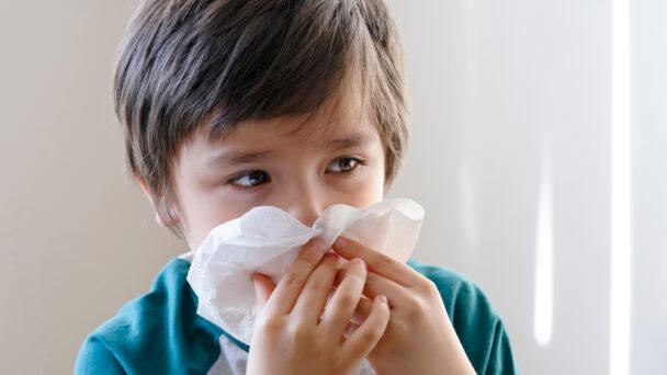Barn med förkylning (genrebild).